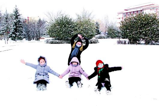 打雪仗拍雪照