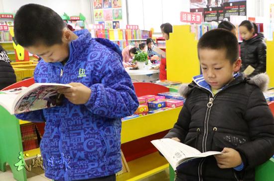 寒假里孩子们到书店阅读书籍