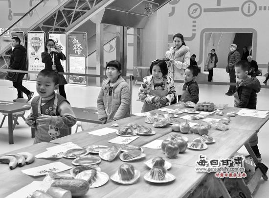 """【图片新闻】甘肃科技馆举行""""搭配你的节日大餐""""新年主题科普活动"""
