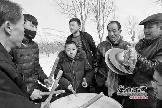 【图片新闻】静宁县甘沟镇村民擂鼓庆贺新春