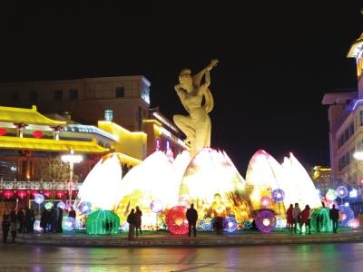 敦煌:新春灯会璀璨迷人