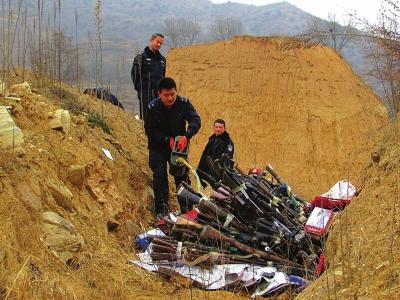康县集中销毁非法枪支和危爆物品