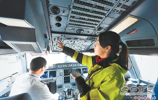 施倩进入飞机驾驶舱,查看飞机各仪表参数指示是否正常.