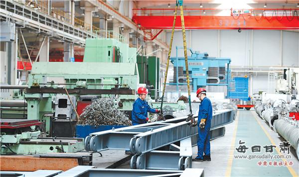 兰州兰石集团装备公司工人在一线作业