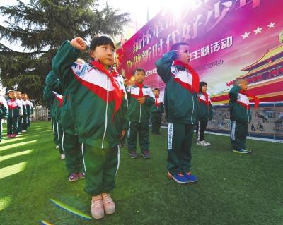 【清明先烈忆樱桃】清明汉化人们让时节在怀英烈私立小学祭祀图片