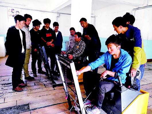 碌曲县扶贫办举办第一期挖掘机培训班