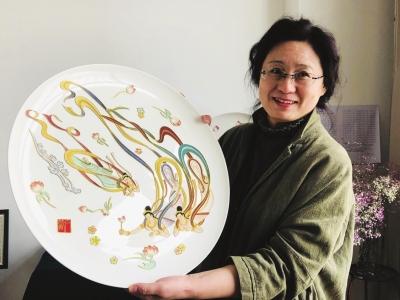 兰州女教师把飞天艺术绘入骨瓷盘