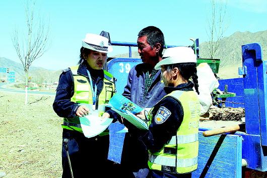 甘南交警向农牧民群众讲解交通安全、宣传道路交通法律法规