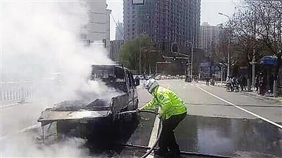 车辆行驶中自燃 兰州交警紧急灭火