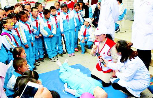 临潭县在城关第三小学操场开展了防震、防汛、防疫、防踩踏讲座及应急演练