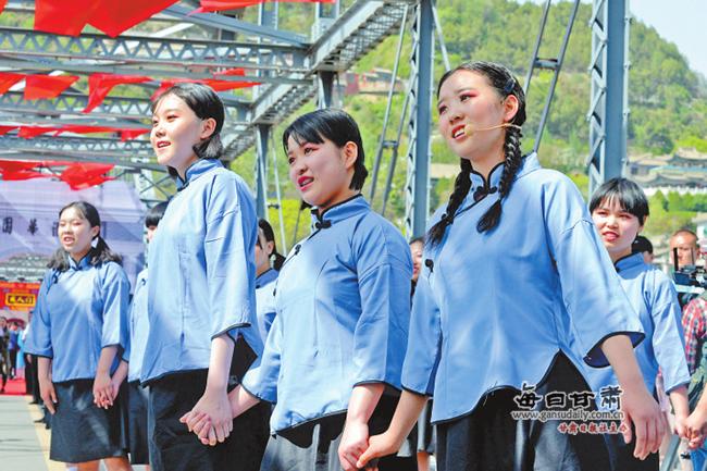 兰州市首届成人礼在百年铁桥举行