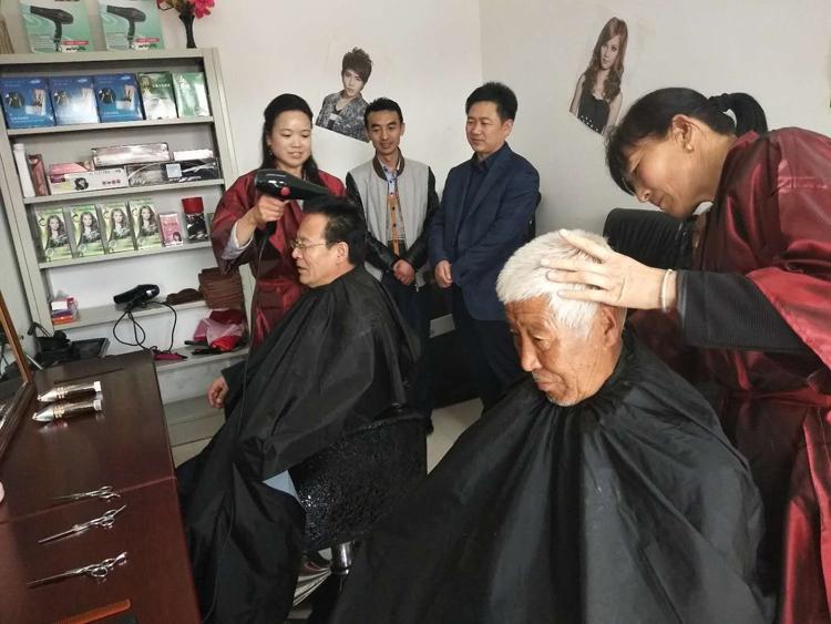 宁县首个敬老助贫理发室在盘克镇咀头村挂牌成立