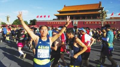"""""""兰马""""赛""""百马王子""""人物: 71岁的王美琪和他的100场马拉松"""