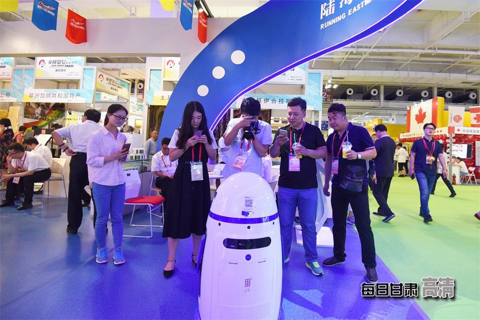 甘肃(兰州)国际陆港馆内展出的机器人吸引市民驻足拍照.-甘肃各