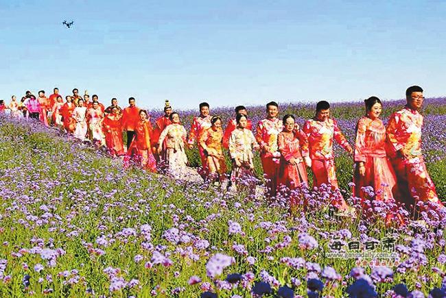 全国各地99对新人举行中式集体婚礼