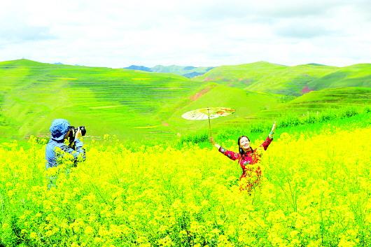 游客陶醉在临潭县尕弯梁观景台景区