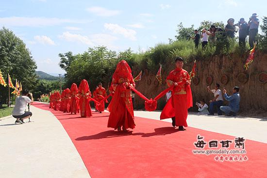 抵制高价彩礼!崇信县举办集体婚礼(组图)