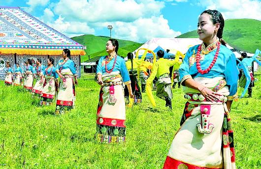 甘南碌曲县尕秀村用独具风情的藏舞与祝酒歌欢迎远方的客人