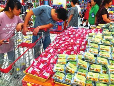 口味出新价格上涨 中秋月饼提前上市