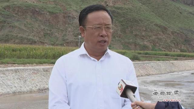 李作璧就景泰县盐碱地鱼虾养殖情况接受媒体专访