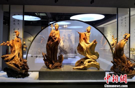甘肃收藏达人展出根雕作品人物神态逼真生动