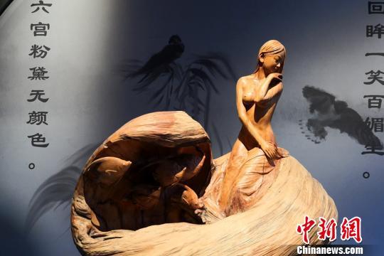 图为根雕作品展。 刘玉桃 摄