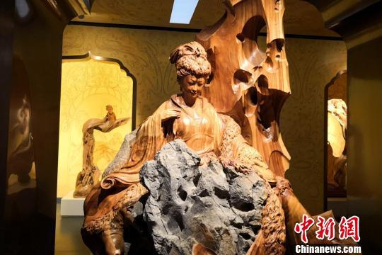 图为根雕古代美女。 刘玉桃 摄