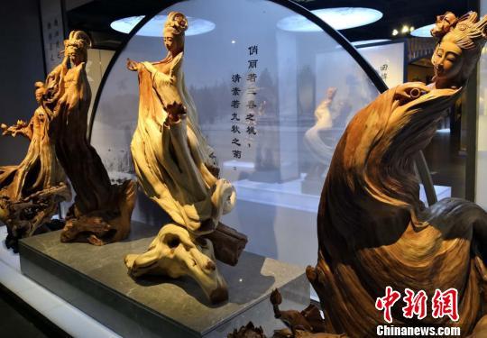 """图为根雕""""四大美女""""。 刘玉桃 摄"""