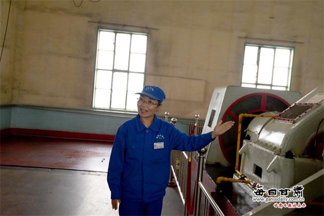王生辉像导游一般娴熟的向记者讲解副井提升机房的各项设备工作原理.
