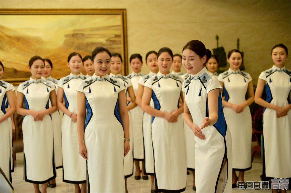 礼仪志愿者用微笑添彩敦煌文博会(组图)