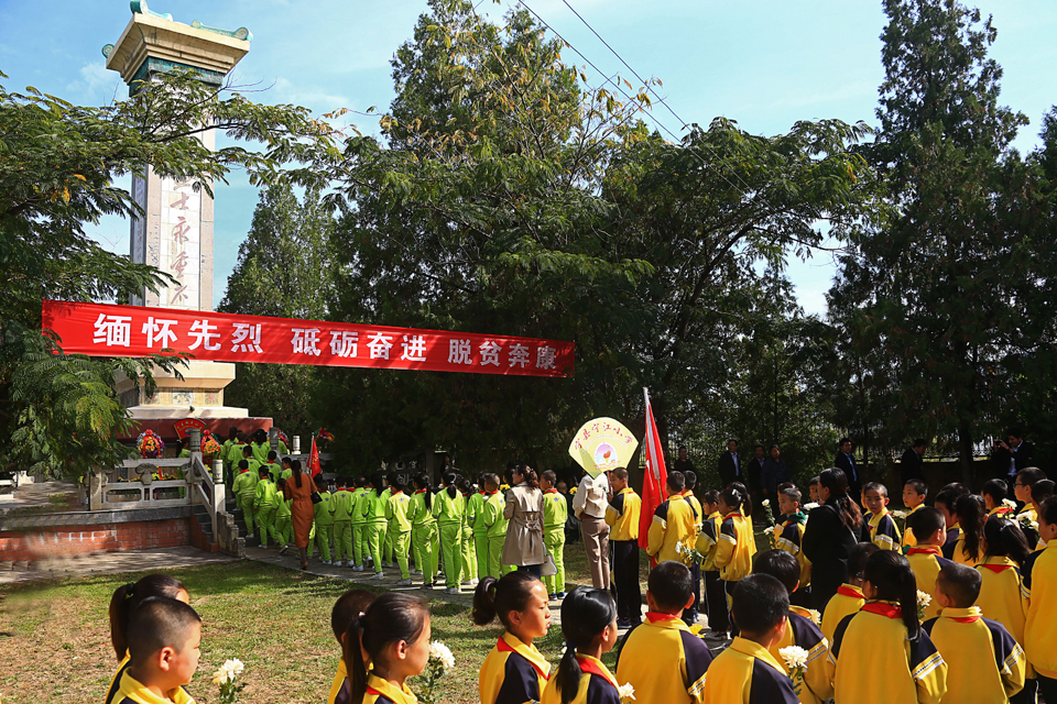 宁县500多人义士怀念日向反动义士敬献花篮