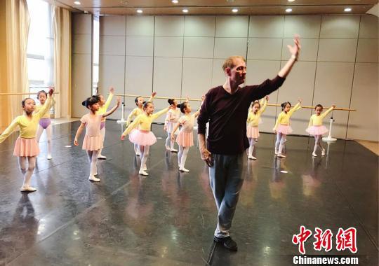 该剧特邀美国知名舞蹈编导布鲁斯·斯蒂尔参与编排创作。图为布鲁斯·斯蒂尔和孩子们上课、排练。甘肃大剧院供图
