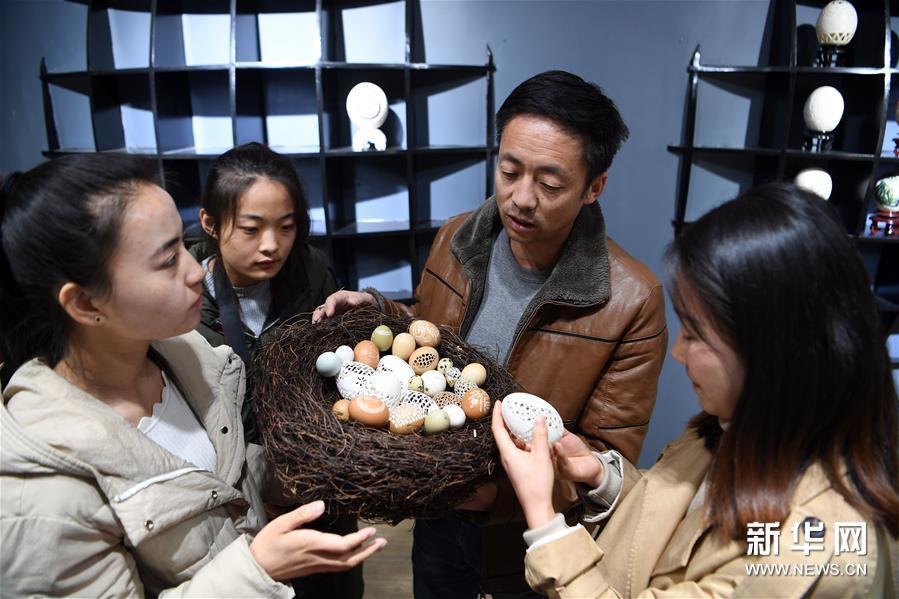 """(社会)(5)民间艺人杨星国:让蛋壳""""起舞"""""""