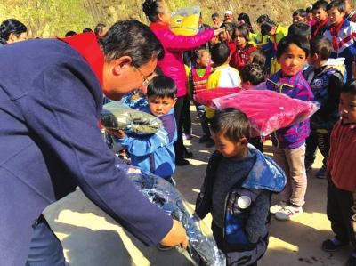 临夏东乡县仲家山村70名在校学生温暖上身