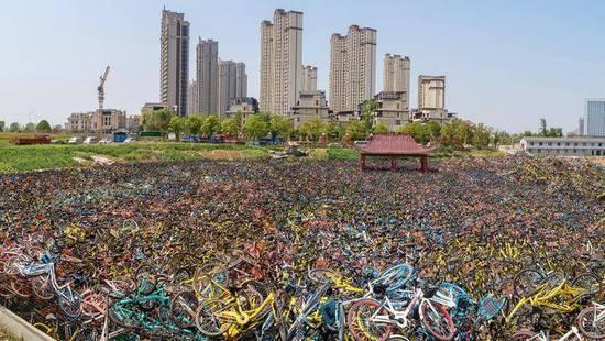 """【丝路话语】理性看待共享单车""""坟场"""""""