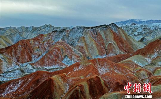 图为皑皑白雪覆盖在奇峰异石上宛如油画。 杨帆 摄