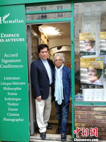 2018年6月在巴黎书店和阿多尼斯合影。 受访者供图。 供图 摄