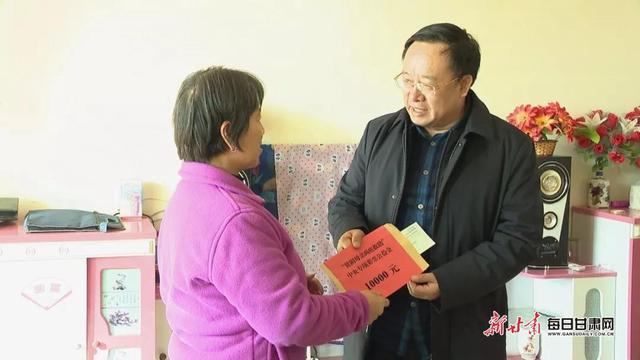 """李作璧张文玲看望慰问全县""""两癌""""妇女并送专项救助金"""