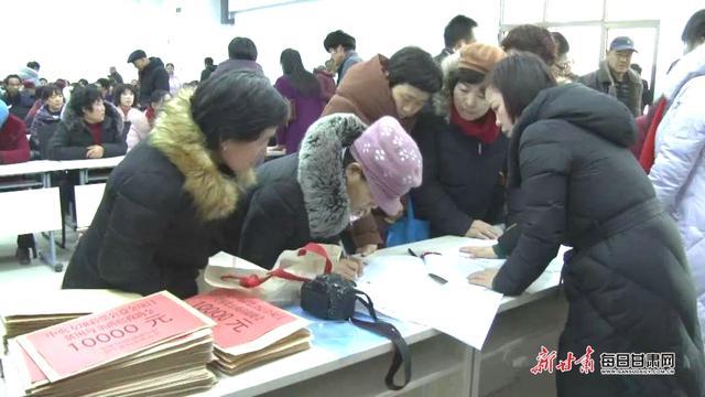 """会宁县126名""""两癌""""贫困妇女每人获得10000元救助金"""