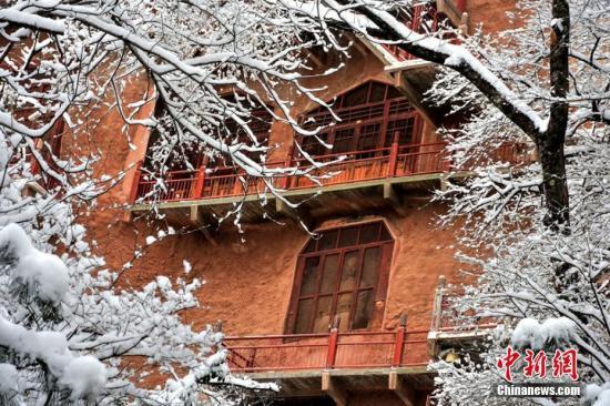 1月28日,甘肃天水麦积山石窟银装素裹,分外美丽妖娆,在白雪的妆扮下,犹如一幅美丽的画卷。 陈治平 摄