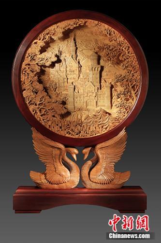 木雕作品《新天鹅堡》。受访者供图