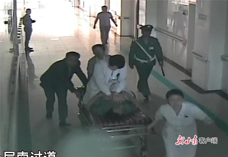 图为患者从诊室转移至急救中心途中的监控视频截图.jpg