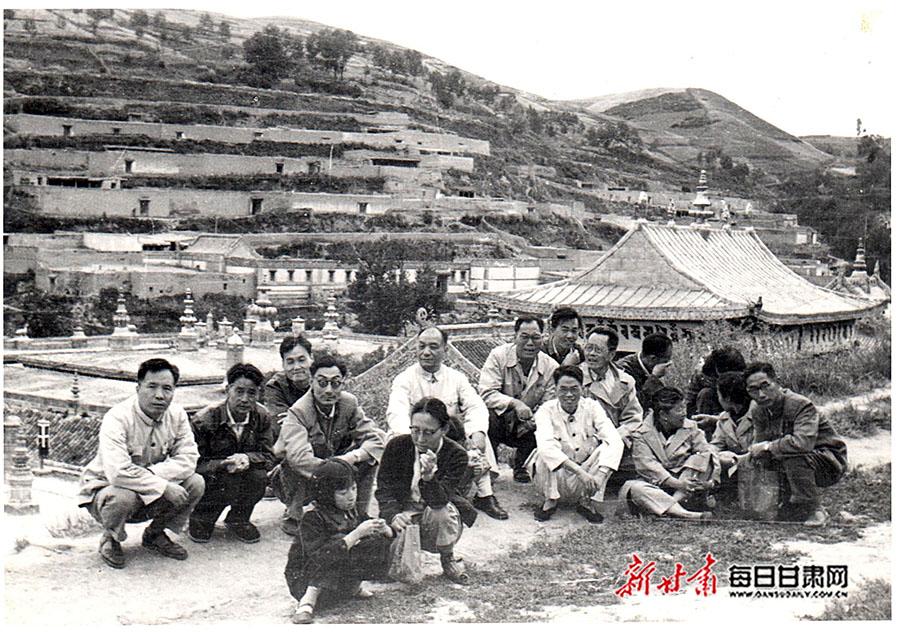 江隆基(中)、吕忠恕(左一)等在青海塔尔寺.jpg