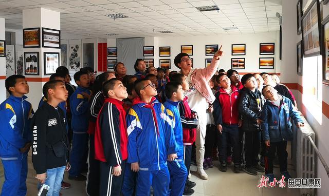 景泰:千余名中小学生走进展览大厅感受艺术气息