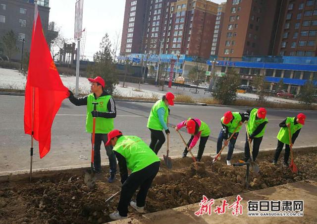 """民勤县新时代文明实践中心组织开展""""争做绿色使者""""志愿服务活动(图)"""