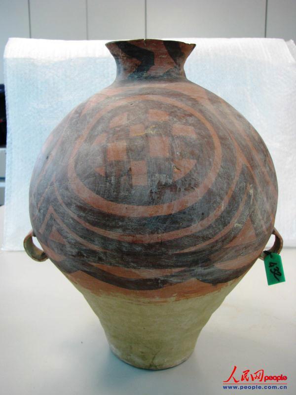 此次返还的文物之一:马家窑彩陶罐