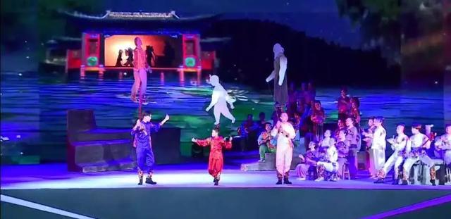 白银首部原创情景歌舞剧《黄河之上?多彩白银》在人民广场展演