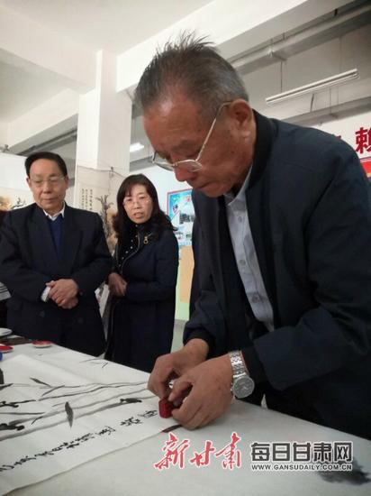 靖远二中校友雒胜回访母校举办书画展