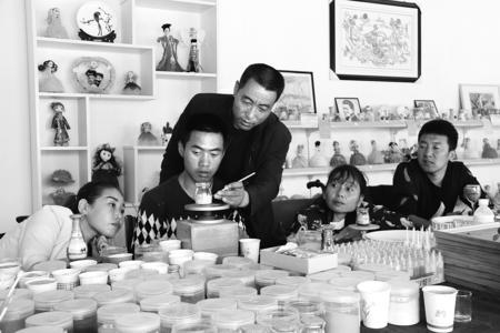 【图片新闻】庆阳市涌泉文化残疾人创业就业基地工人制作手工