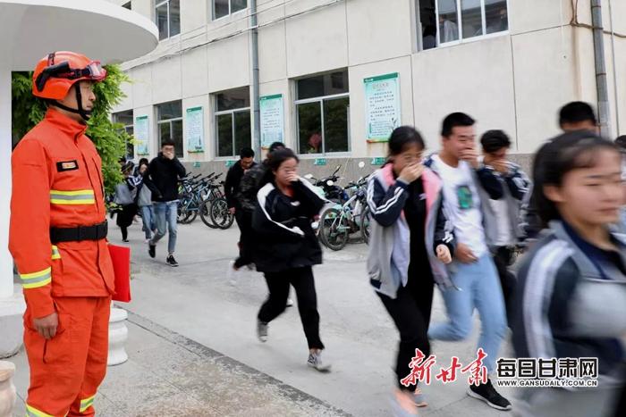 庆阳市第四中学千高中生体验森林防火演练(组国际部梁丰名师图片